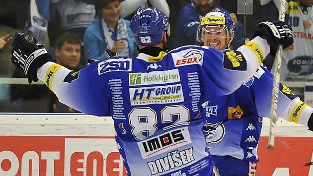 Brněnský Tomáš Divíšek (zády) se raduje z prvního gólu ve čtvrtém finálovém zápase s jeho autorem Jozefem Balejem.