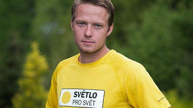 Lukáš Mensator v dresu, ve kterém bude v sobotu zdolávat půlmaratón v Karlových Varech.