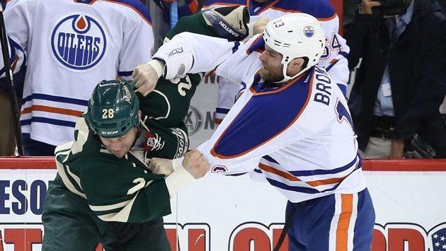 Takhle se ještě v dresu Edmontonu popral Mike Brown (vpravo) se Zenonem Konopkou z Minnesoty Wild.
