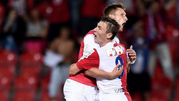Fotbalisté Slavie Praha Milan Škoda (vlevo) a Jaromír Zmrhal slaví gól proti Ostravě.