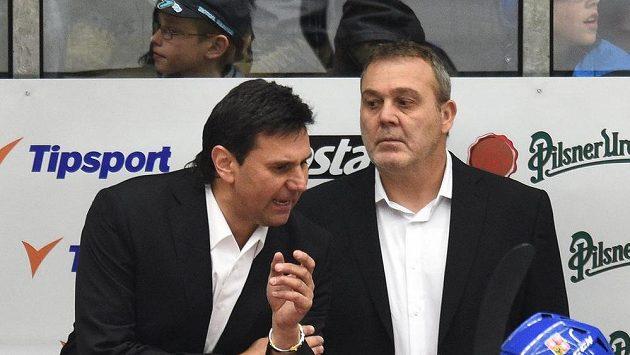 Trenér Vladimír Růžička (vlevo) a jeho tradiční asistent Ondřej Weissmann na lavičce národního týmu.
