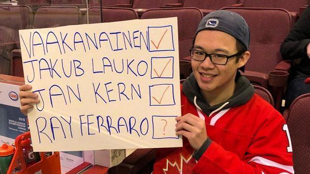 Kanadský sběratel podpisů během mistrovství světa dvacítek ve Vancouveru.