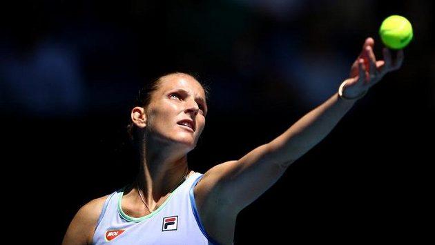 Česká tenistka Karolína Plíšková servíruje během 1. kola Australian Open v Melbourne Parku.