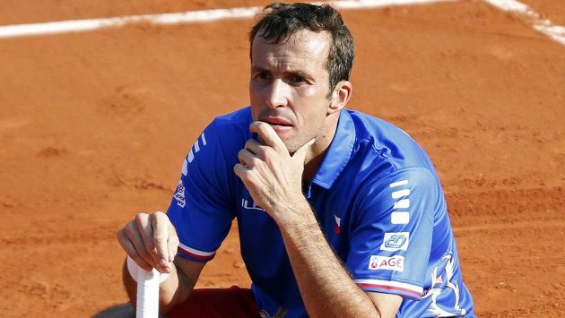 Zadumaný tenista Radek Štěpánek. V sobotním deblu na pařížské antuce se mu nevyhnuly zdravotní problémy.