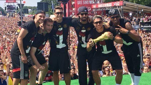 Němečtí fotbalisté slaví v Berlíně titul mistrů světa.