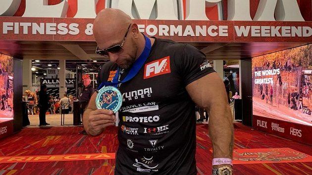 Vlastimil Kužel s medailí z Las Vegas.