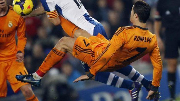 Cristiano Ronaldo z Realu si v duelu s Espanyolem zalétal...