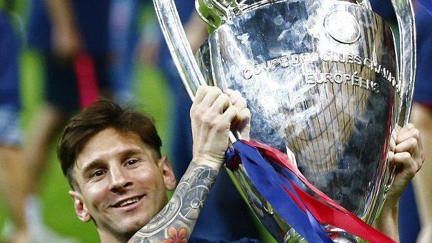 Lionel Messi z Barcelony zvedá trofej pro vítěze Ligy mistrů.