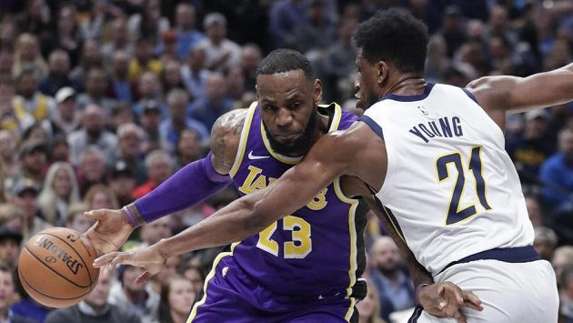 LeBron James (23) z Los Angeles Lakers Thaddeus Young (21) z Indiany.