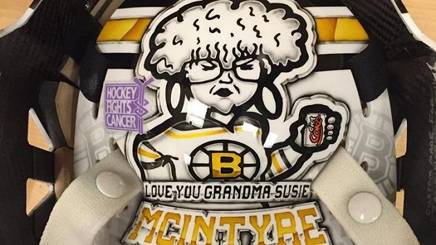 Brankář Zane McIntyre z Bostonu začíná svoji kariéru v NHL se svojí babičkou Susan na masce.