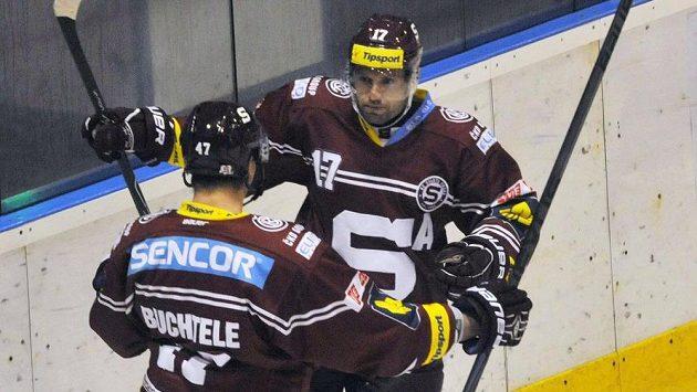 Útočníci Sparty Jaroslav Hlinka (vpravo) a Jan Buchtele se radují z gólu.