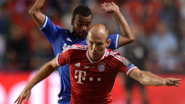 Arjen Robben z Bayernu (vpředu) a Ashley Cole z Chelsea.