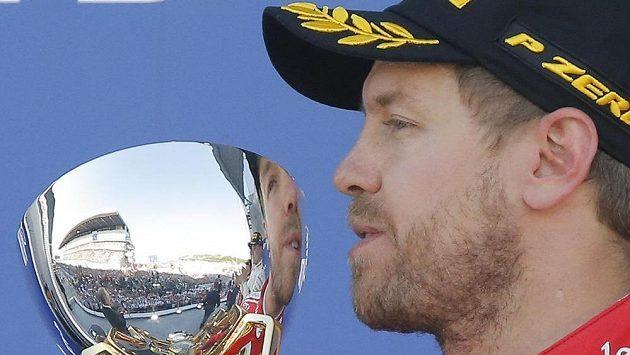 Sebastian Vettel s trofejí za druhé místo.