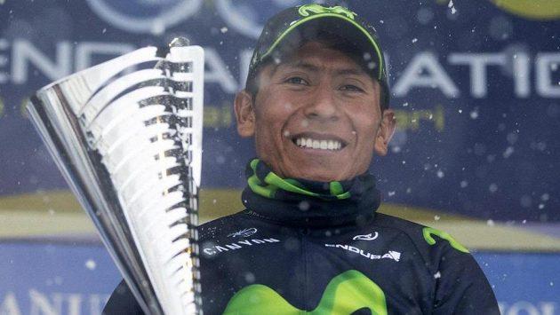 Kolumbijský cyklista Nairo Quintana slaví s trofejí vítězství v závodě WorldTour Tirreno-Adriatico.