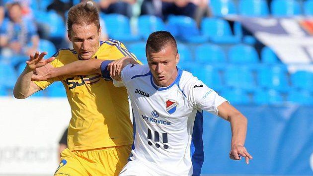 Jihlavský záložník Marek Jungr (vlevo) bojuje o míč s ostravským útočníkem Václavem Svěrkošem.