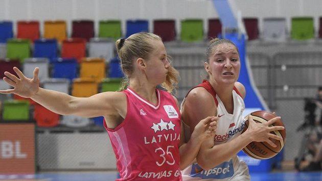 Kate Kreslinaová z Lotyšska a Karolína Elhotová z ČR během přípravného turnaje basketbalistek v Praze.