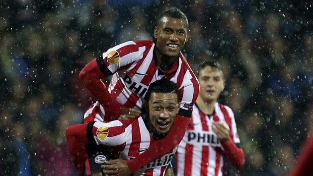 Fotbalista PSV Eindhoven Luciano Narsingh (nahoře) slaví se spoluhráčem Memphisem Depayem gól proti Estorilu.