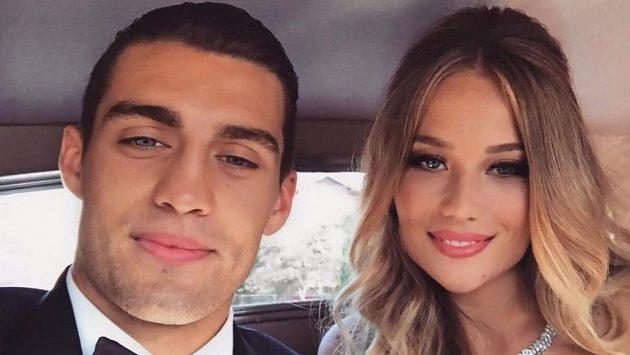 Hvězdička Realu Madrid Mateo Kovačič si neumí ani líbánky představit bez míče. Svou manželku pak na luxusní jachtě podrobil fotbalista netradiční zkoušce, kdy ji dostal i na kolena.