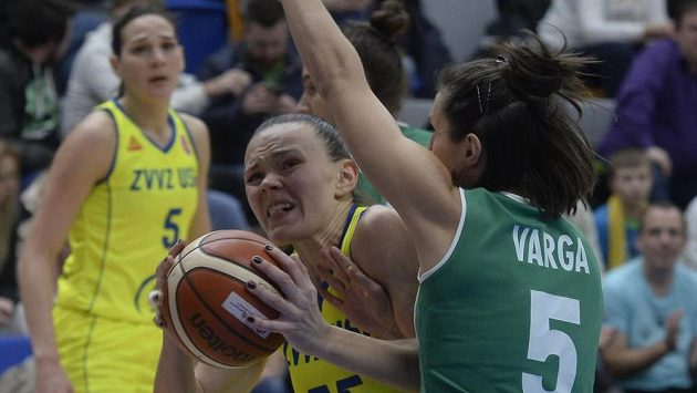 Basketbalistka USK Anete Šteinbergaová (s míčem) a Zsofia Vargaová z Györu (vpravo) v zápase 8. kola Evropské ligy.