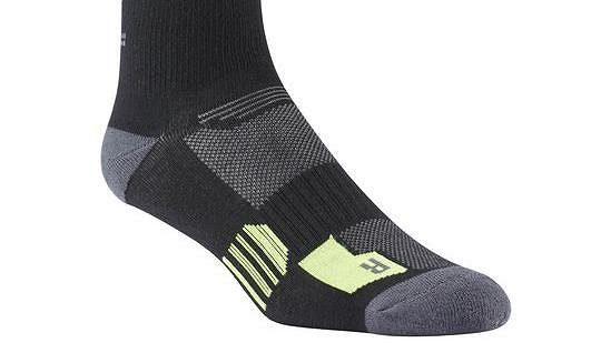 REEBOK RUNNING REFLECTIVE CREW SOCK: Ponožka pro noční běžce.