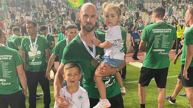 Jan Lecjaks se synem Matyášem a dcerou Bellou při oslavě mistrovského titulu Omonie.
