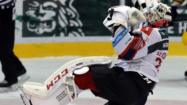 Brankář Pardubic Milan Klouček se raduje z vítězství 1:0 nad Litvínovem po samostatných nájezdech.