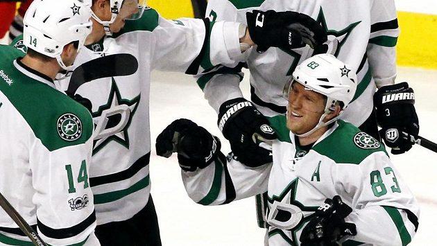 Útočník Dallasu Stars Aleš Hemský (83) oslavuje se spoluhráči svůj gól do sítě Chicaga Blackhawks v utkání NHL.