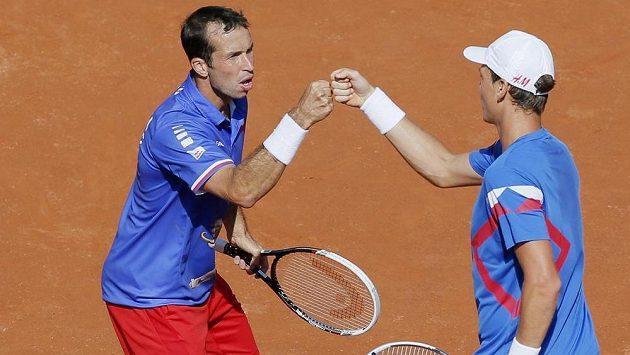 Radek Štěpánek (vlevo) s Tomášem Berdychem v semifinálovém duelu s Francií.