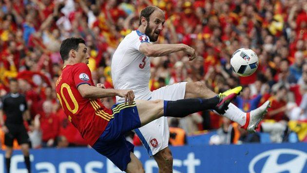 Obránce Roman Hubník a španělský reprezentant Aritz Aduriz v úvodním duelu českého mužstva na evropském šampionátu ve Francii.