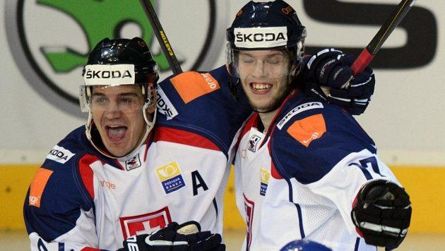 Ján Sýkora (vpravo) se raduje z parádního gólu, který vstřelil do sítě Česka.