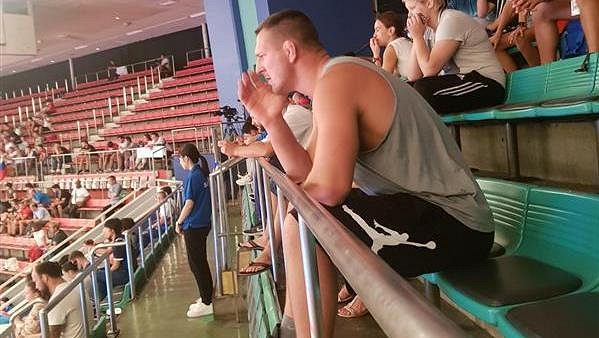 Judista Lukáš Krpálek povzbuzoval své parťáky při mistrovství světa v Tokiu.
