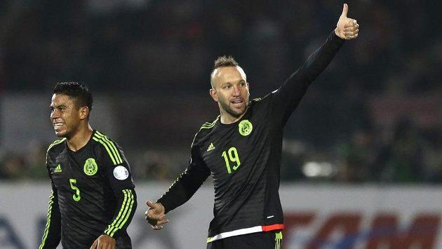 Mexický útočník Vicente Matías Vuoso a jeho spoluhráč Juan Carlos Medina (5) slaví vstřelený gól v utkání proti domácímu Chile.