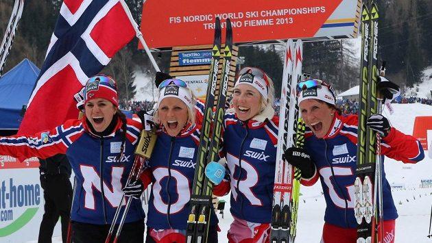 Vítězná štafeta norských běžkyň (zleva) Heidi Wengová, Therese Johaugová, Kristin Steiraová a Marit Björgenová.