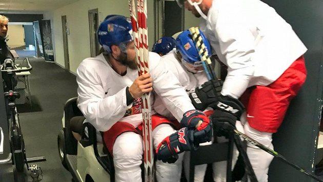 Čeští hokejisté si převoz k ledu užívali.
