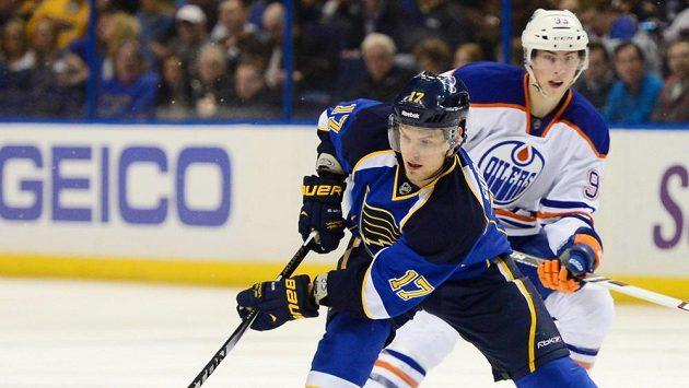 Útočník St. Louis Vladimír Sobotka ujíždí Ryanu Nugentu-Hopkinsovi z Edmontonu.