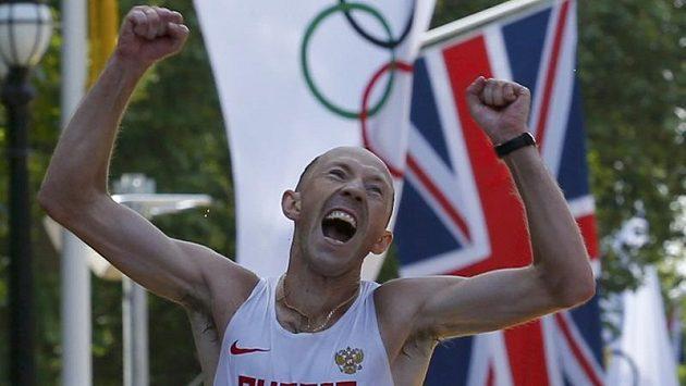 Rus Sergej Kirďapkin se raduje z vítězství v chodeckém maratónu.