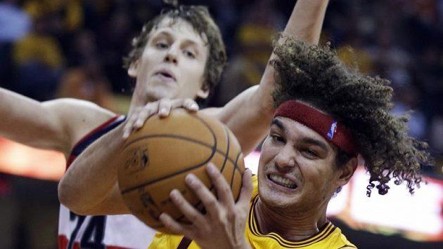 Podkošový souboj mezi Andersonem Varejaem z Clevelandu a Janem Veselým z Washingtonu Wizards.