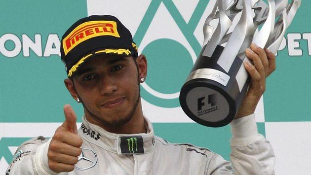 Gesto Lewise Hamiltona po GP Malajsie. Jako kdyby říkal: Ta trofej měla být tvoje, Nico!