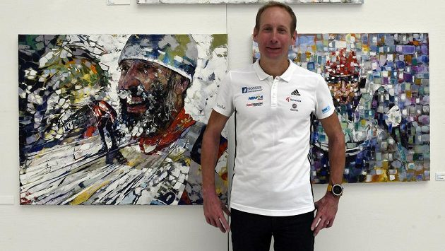 Lyžař Lukáš Bauer v pražské Galerii Mánes na výstavě umělců k závodu Jizerská padesátka.