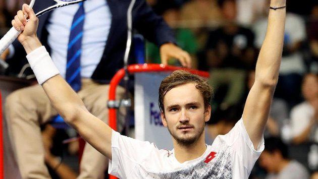 Ruský tenista Daniil Medveděv se raduje z postupu do finále tenisového turnaje okruhu ATP v japonském Tokyu.