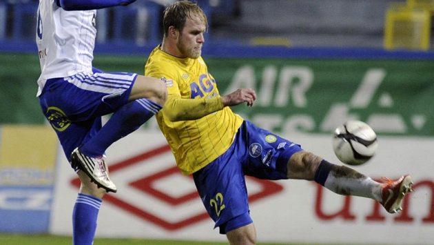 Teplický obránce Martin Klein (vpravo) odkopává míč před Václavem Vašíčkem ze Znojma.
