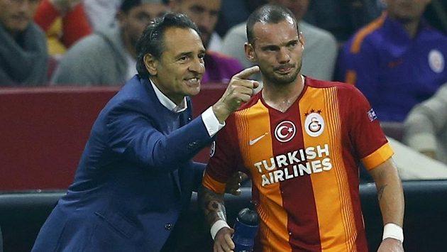 Trenér Galatasaraye Cesare Prandelli (vlevo) konverzuje se záložníkem Wesleym Sneijderem.