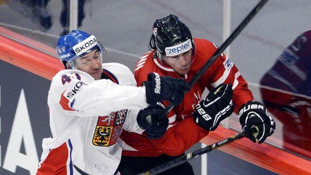 Jan Kovář v souboji s kanadským obráncem Lukem Schennem.