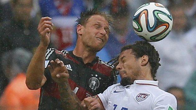 Američan Jermaine Jones (vpravo) a Němec Benedikt Höwedes v hlavičkovém souboji.