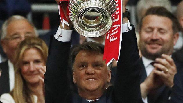 Kritizovaný kouč Louis van Gaal se o víkendu dočkal trofeje...
