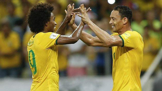 Ricardo Oliveira a Willian (vpravo) se radují z brazilského vítězství nad Venezuelou ve Fortaleze.