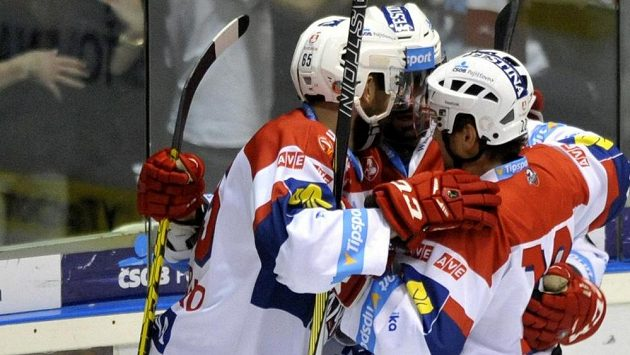 Pardubičtí hokejisté se radují z gólu.