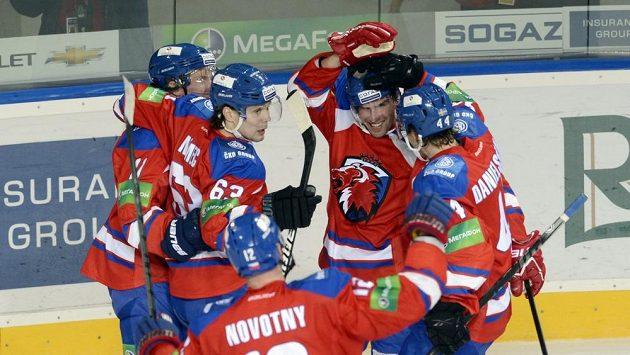 Hokejisté Lva se radují z gólu proti Čerepovci.