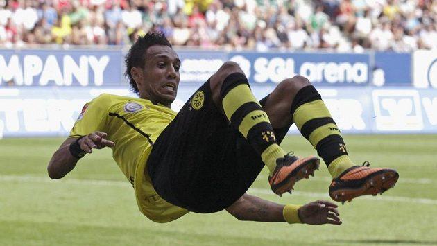 Nová posila Dortmundu Pierre-Emerick Aubameyang slaví hattrick proti Augsburgu.