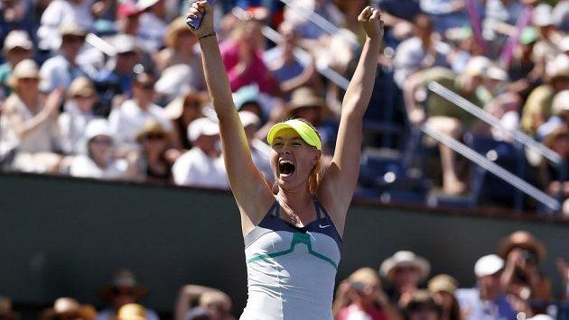 Ruská tenistka Maria Šarapovová se raduje z vítězství na turnaji v Indian Wells.